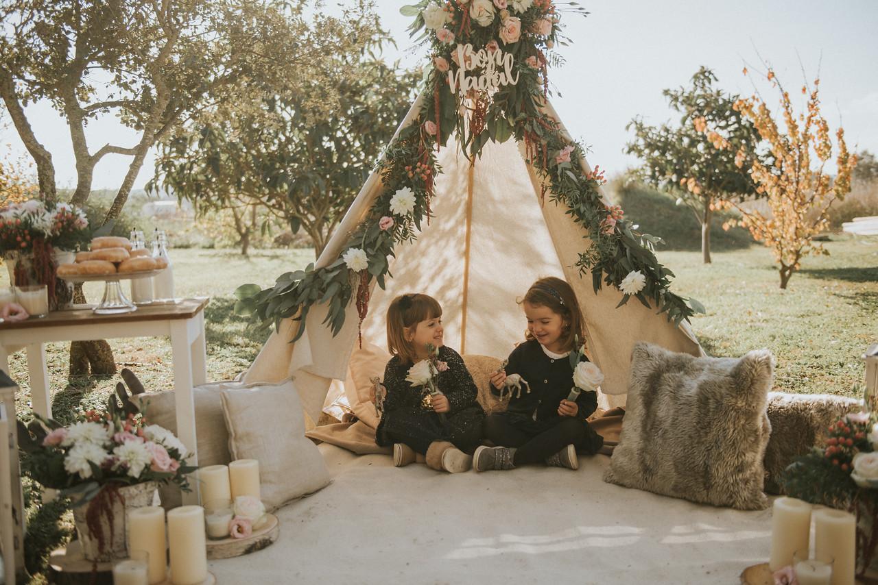 Decoració amb flors d'Abèlia i Mel per a shooting amb Sara Cuadrado. Imatges de Sara Cuadrado